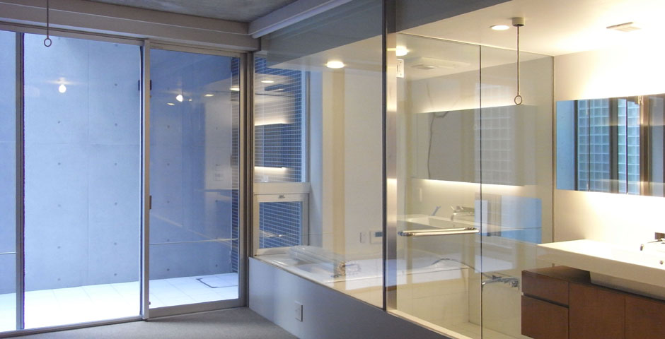 NS邸ガラスのバスルームとドライテラス